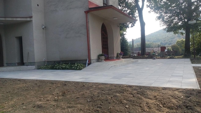 Práce na chodníkoch pri chráme